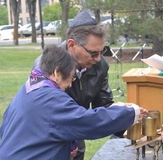 Leon Kagan and Clara Kagan light a candle